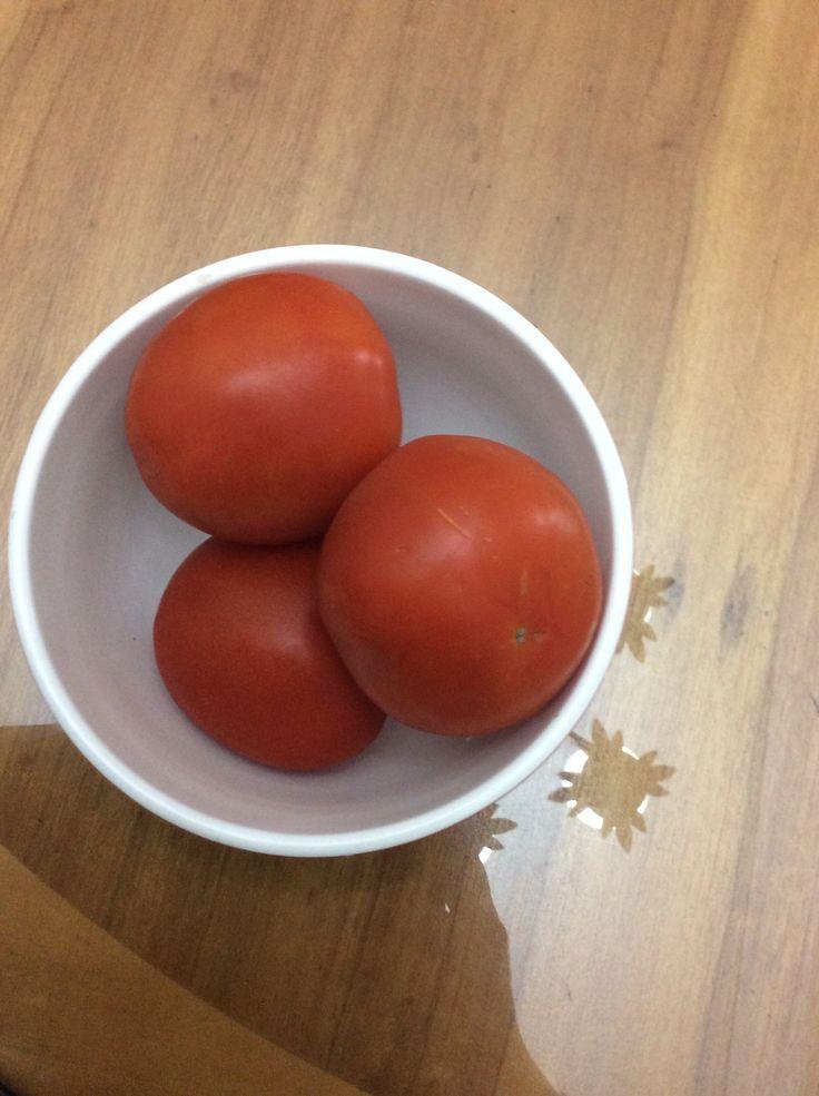 El tomate es un alimento que pertenece al grupo de verduras frescas y se encuentra entre los alimentos bajos en calorías ya que 100 gr de este contienen tan solo 22,17 kcal. Por esto precisamente, es recomendable para mantener la linea y realizar una dieta para bajar de peso. Fuente: http://alimentos.org.es/tomate