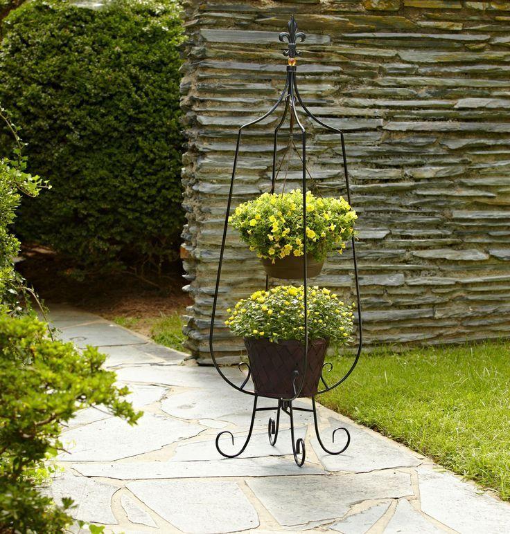 Кованые подставки для цветов (47 фото): достойная опора прекрасному http://happymodern.ru/kovanye-podstavki-dlya-cvetov-47-foto-dostojnaya-opora-prekrasnomu/ Напольная кованая подставка с оригинальными местами для цветочных горшков
