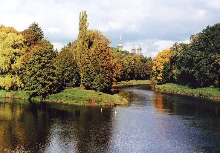 Město soutoku dvou řek Labe a Orlice.