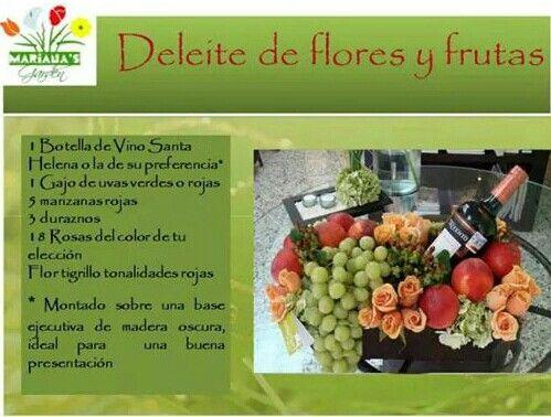 Canasta con una extensa variedad de frutas, flores y vino ...