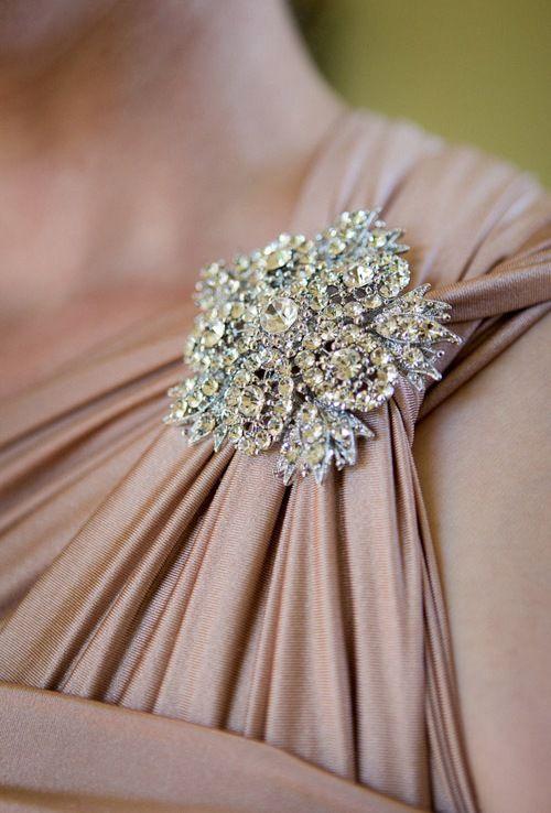 Is dit niet mooi op een simpele jurk? Een Grieks model met een blote schouder en op de andere zo'n mooie broche. Simpel toxh eenvoudig.