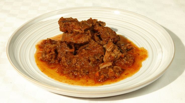 Ricetta Gulash triestino: In una casseruola fate rosolare il grasso di maiale tritato ed unite le cipolle affettate sottili. Non appena le cipolle iniziano a dorarsi, aggiungete la carne tagliata a pezzetti ed un pizzico sale. Lasciate rosolare la carne, mescolando spe