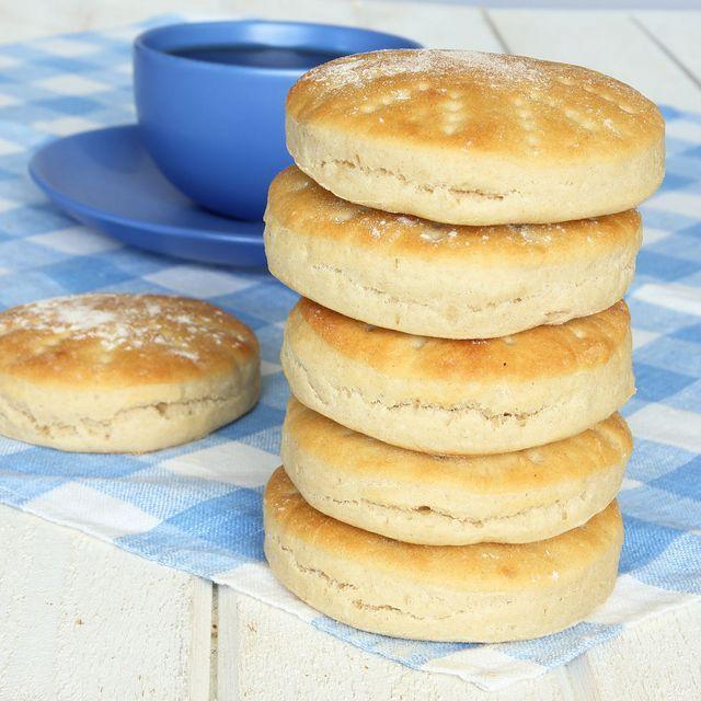 Drömgoda, saftiga, fluffiga tekakor! Hela familjen älskar dessa, runda mjuka bröd. Tips! Baka extra stora tekakor – klicka här för recept! Tips! Baka snabba tekakor som inte behöver jäsa – klicka här
