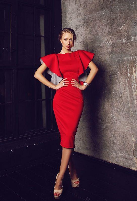 Купить платье из неопрена красного цвета с воланами на плечах по низкой цене #лук #стиль #мода #stile #fashion #look