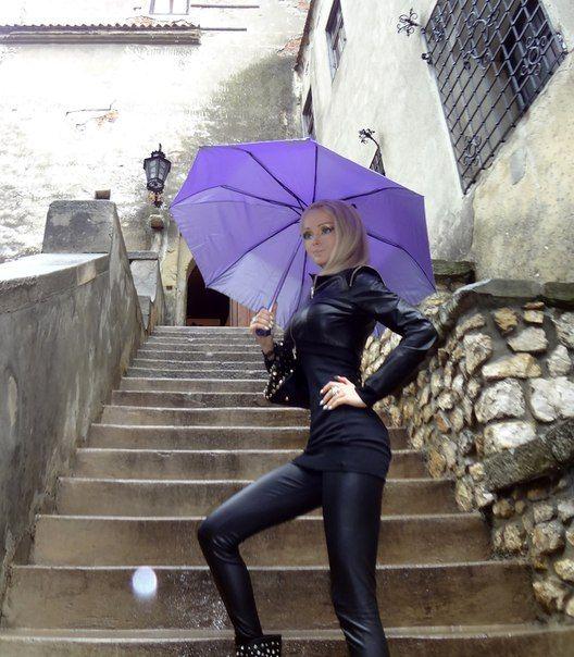 Внешность девушки-Барби привлекала туристов не меньше, что «Пепельные вампиры» это примерно то же самое что для Неревара Трибунал.  В преддверии