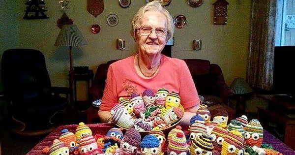 87-åriga Agnes har virkat 1000 bläckfiskar till för tidigt födda barn