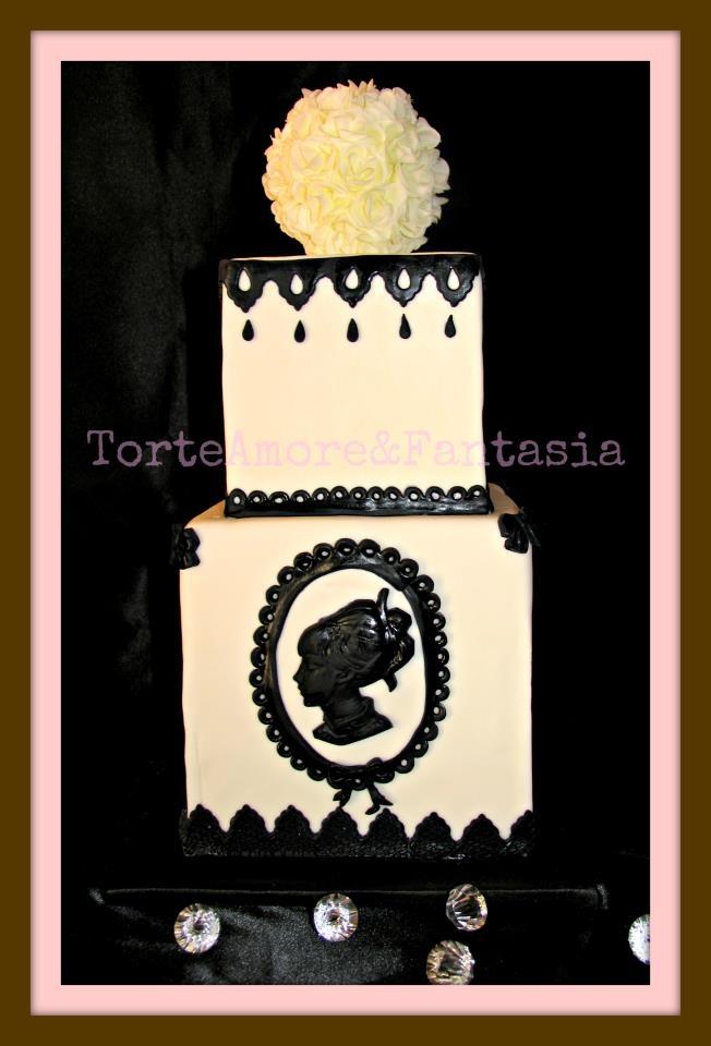 Black & White Wedding cake    Una torta di nozze bianca e nera è una miscela di colori che puntano all'eleganza. Una miscela molto sofisticata tra tradizionalismo e modernismo. È un opera d'arte davvero unica.