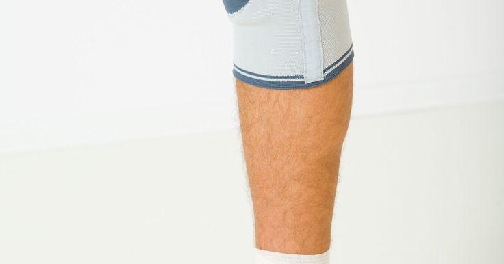 Cómo hacer un vendaje en una rodilla lastimada. Las lesiones en las rodillas son situaciones comunes que deben enfrentar los atletas profesionales y los aficionados que realizan actividades físicas, como correr o hacer deporte. El uso exagerado crónico de la rodilla puede conducir a síntomas menores, como dolor, inflamación, enrojecimiento e inflamación, o a condiciones más serias, como ...