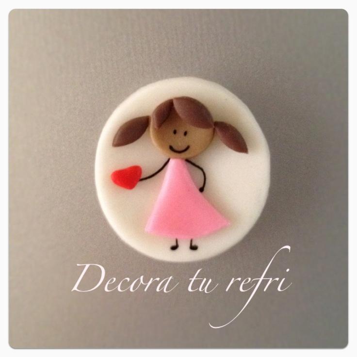 Imán para el refrigerador, diseño niña. Hecho de cerámica en frío.  (Magnet to the fridge, girl design).