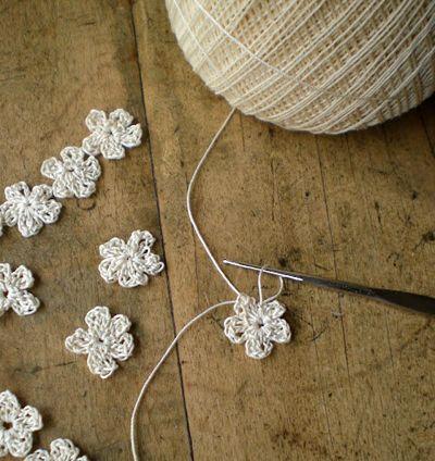 Estas pequeñas flores pueden adornar todo tipo de accesorios de moda o de decoración. Sigue las instrucciones a continuación y verás qué fácil. Más información: www.todolwen.ca Material: Hilo de al...