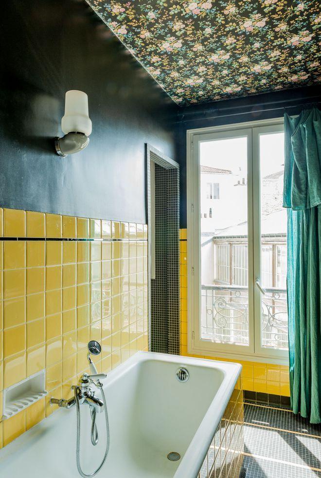 Un carrelage jaune dans une salle de bains rétro et originale