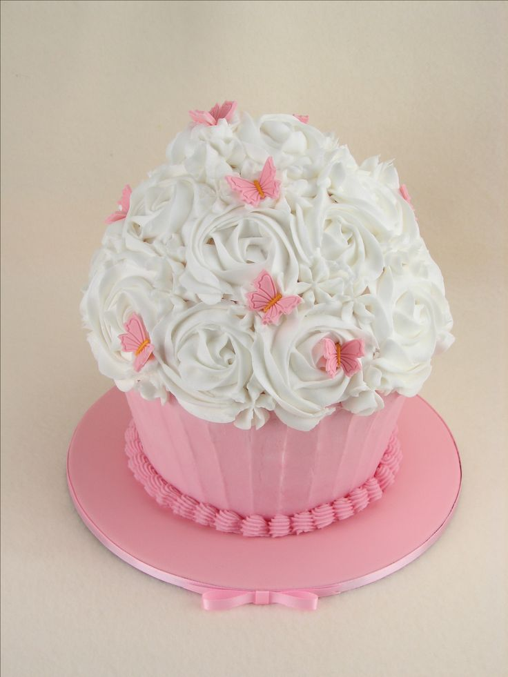 Vanilla cake with buttercream for a smash cake photoshoot