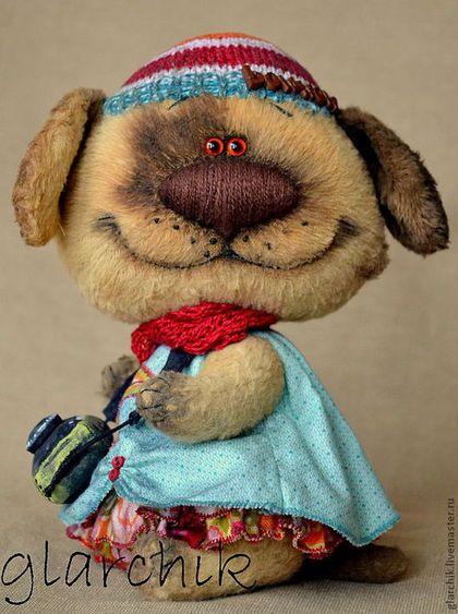 Купить или заказать Собаня Франя в интернет-магазине на Ярмарке Мастеров. У меня сегодня необычный персонаж. Еще более творческая собаня, креативная девица, любящая все яркое, хендмейдовское, живущая яркими и острыми ощущениями. Сейчас она увлечена фотографией. Естессно фотик всегда при ней. Размер 19 см стоя, 17 см сидя. Есть хвостик:) Лапки все крутятся, голова грутится и наклоняется (это у всех моих плоскомордиков так), из одежды платье (оно съемное на пришивных…