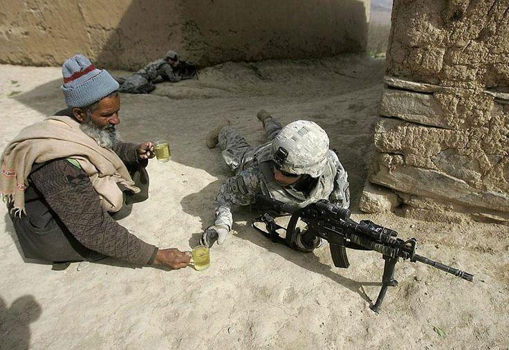 Un afghano e un soldato americano