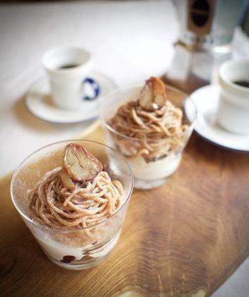 栗好きにはたまらないモンブランパフェは、レストランで出てきそうな見栄え。パーティーにもお勧め。    ■材料(4人分)  バニラアイスクリーム…4すくい分  栗の渋皮煮…10個  生クリーム35パーセント…100g  グラニュー糖…5g  冷凍カシスピューレ…50g  マロンペースト…200g  生クリーム35パーセント…70g