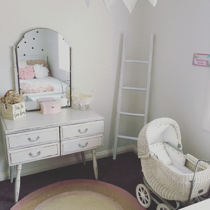 Vintage girls room, vintage dressing table