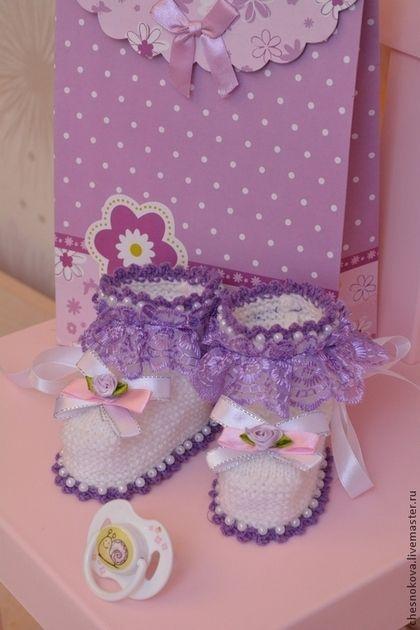 Купить или заказать Пинетки для новорожденных   ' фиалочки' в интернет-магазине на Ярмарке Мастеров. Если вы ждете рождения малыша?Или вам нужен подарок для маленькой крошки? Пинетки - первые миловидные башмачки ,сделают их обладательницу еще прекрасней . Мягкая теплая пряжа согреет маленькие ножки , отделка бусинками , атласными лентами и розочками подчеркнет свой неповторимый стиль. В комплект к пинеткам можно заказать шапочку , комбинезон и или платьице, создать образ по своему желанию.