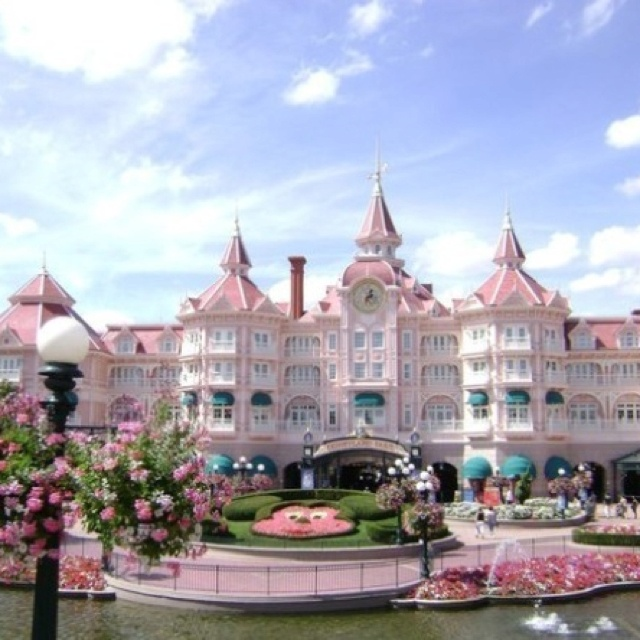 Disney Hotel In Paris And That S Where The Beauty Beast Castle Is At I D Of Hiness Pinterest Hotels Disneyland