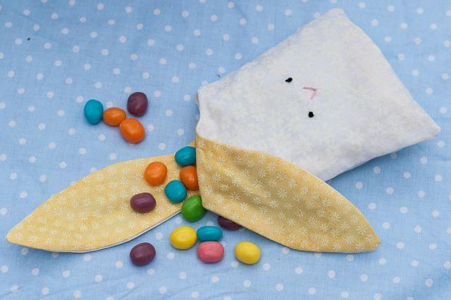 Saquinho super fácil e prático para presentear as crianças:        É só encher de confeitos de chocolate:         Como amarrar...