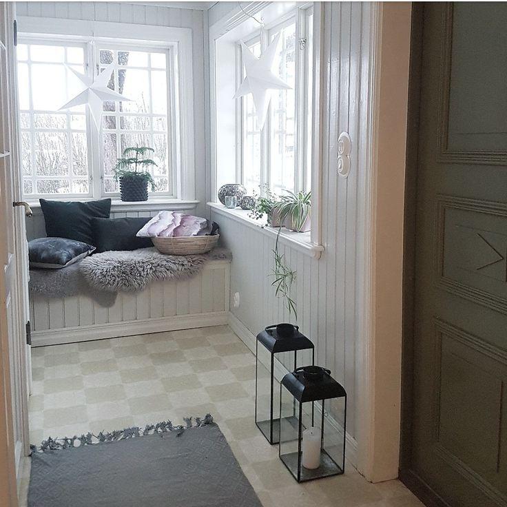 Nya lyktor och kuddar i hallen från www.stallnygardet.se