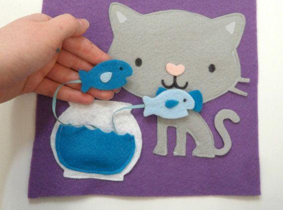Este listado está para una página de libro tranquila Kitty Cat!  Esta página cuenta con un gato hembra con un lazo o un gato con una pajarita. Por favor especifique si desea un gato macho o hembra. Si no se especifica, voy a hacer el gato femenino. Cada página viene con dos peces en una pecera para alimentar al gato. Los peces se unen con cintas para que no se perderán.  Usted puede comprar una tapa suave personalizada sujete todas las páginas, páginas individuales de compra, o simplemente…
