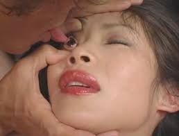 Lamer los ojos, una supuesta moda que puede provocar ceguera - Cachicha.com