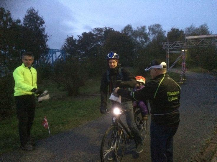 Jens Peter Hansen står på Blå Bro og deler rundstykker ud - og de kan gribes i farten. Foto Lars Rasborg