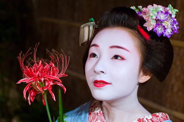 "oiran-geisha: "" Maiko Marika and a read flower. (Source) "" las geishas son obras de arte"