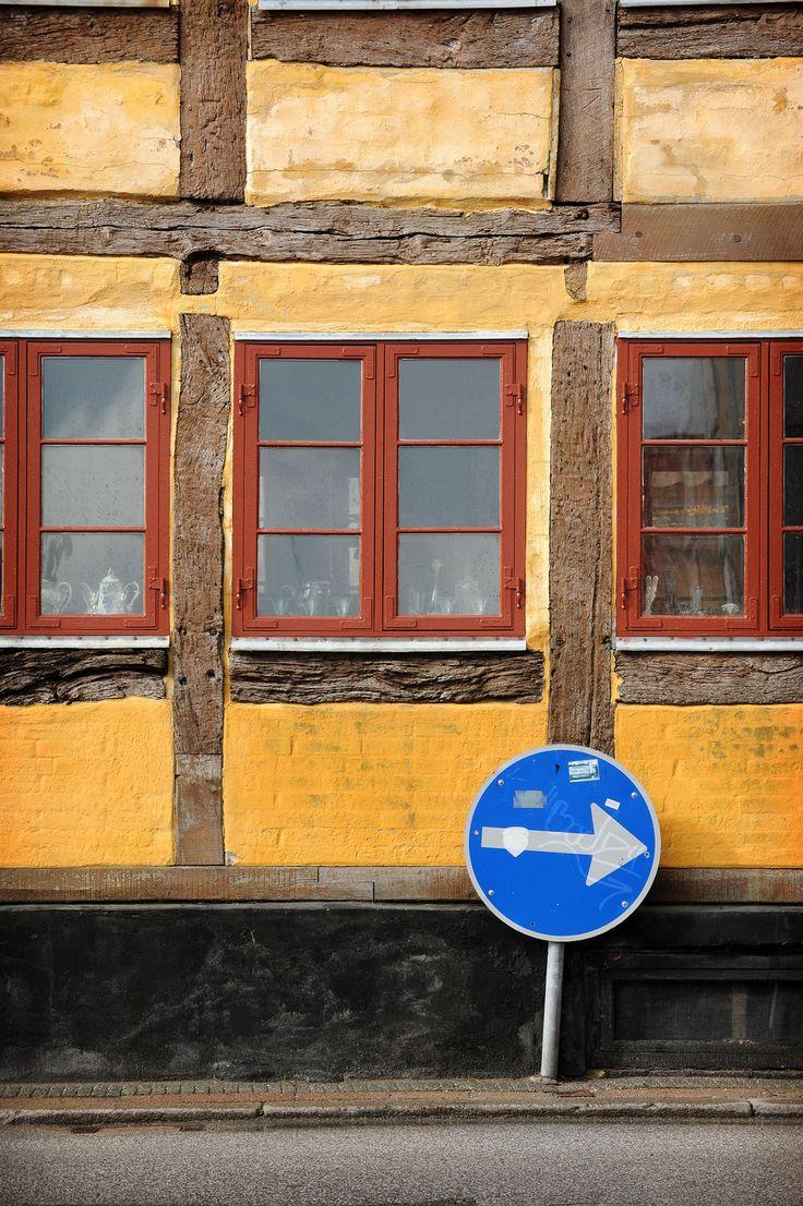 Helsingörissä lätkähti parkkisakko. Unohdettiin, että Tanskassa kello on tunnin vähemmän kuin Suomessa ja väännettiin parkkikiekko väärään asentoon.  Laskua maksaessa hurahti tovi ja toinenkin, mutta kaupungista jäi silti kivat muistot, ne palautuivat mieleen eilen kun kirjoitin tämän: http://www.exploras.net/helsingor