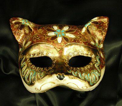 One of our little super cute cats! Maschera realizzata in cartapesta. Il disegno è realizzato con colori acrili a mano libera, rendendola quindi assolutamente unica. Infine, la maschera è impreziosita dalla tecnica dello screpolato....