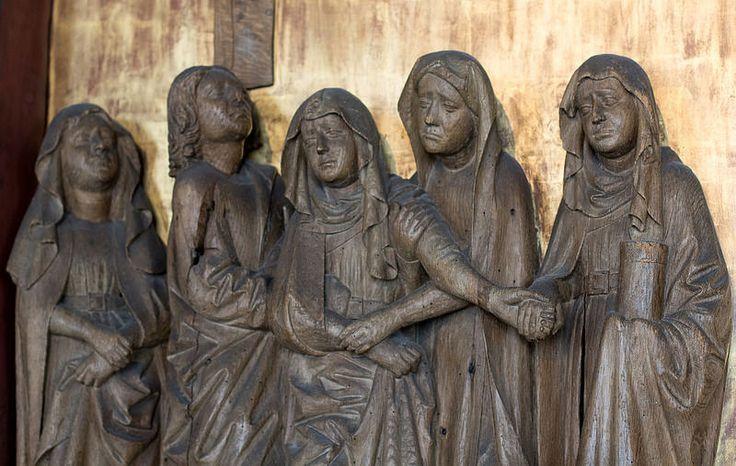 Es stand aber bei dem Kreuze Jesu seine Mutter und seiner Mutter Schwester, Maria, des Kleophas Weib, und Maria Magdalena.