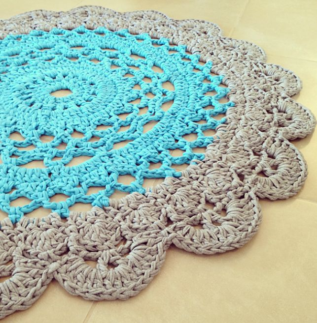Still on the run, searching for free patterns made with Zpagetti t-shirt yarn, which you can buy here, I stumbled upon this great doily rug pattern. This pattern is from Creative Jewish Mom Actuall…