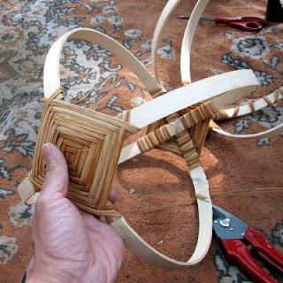 ozdobně proplétané uši ke košíku před pletením- pleteno i ruličkou - obrázek
