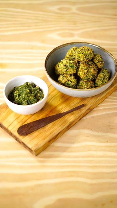 Agora você também pode preparar essa receita deliciosa e nutritiva com aveia: croquete de abobrinha com pesto de manjericão.