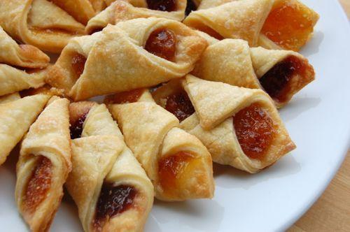 Печенье «Минутка» по форме и начинке напоминает знаменитое творожное польское печенье «Калачики» или как его называют Kolacky. Единственные их отличия - это приготовление теста. Состав печенья «Минутка» намного проще и выпекается оно быстрей. Обычные ингредиенты с помощью ваших волшебных ручек превратятся в замечательный, очень вкусный десерт, который будет великолепно смотреться на вашем праздничном столе!