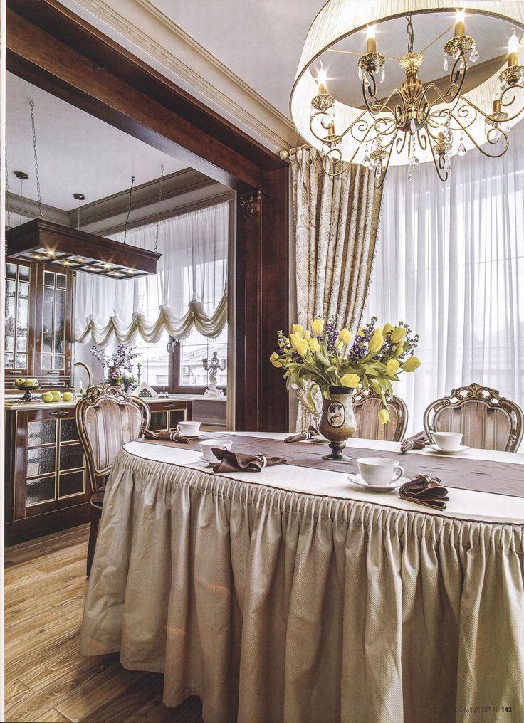 Роскошная люстра и скатерть на обеденном столе в столовой зоне.