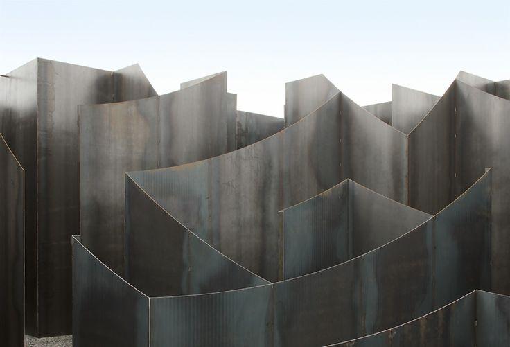 Labirintos de plantas são conhecidos e fazem parte de vários passeios turísticos. Quem não se perdeu em algum deles, não é verdade? A novidade é o labirinto feito em aço, na Bélgica, que vem dando o que falar. O 'Labyrint' tem um quilômetro de caminhos tortuosos para se perder e se divertir. Foi criado por Pieterjan Gijs e Arnout van Verenbergh do escritório Gijs Van Vaerenbergh, e fica no C-Mine Art Centre em Genk, na Bélgica.