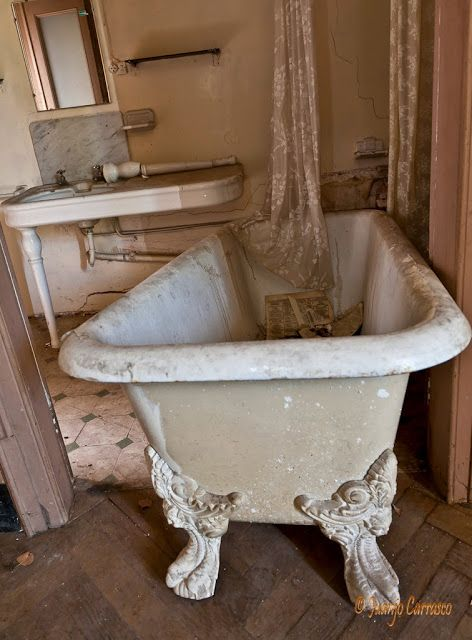 "El Oxido del tiempo -- this could have gone on my board of abandoned images I guess, but the tub is just so lovely to me.  It's as if it's saying, ""Hey you forgot me.  I'm ready to go, too."""