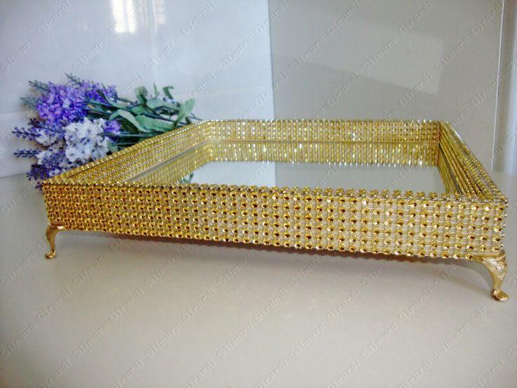 Bandeja com base de MDF decorada com strass dourada e espelho na parte interna, Pés egípcios.