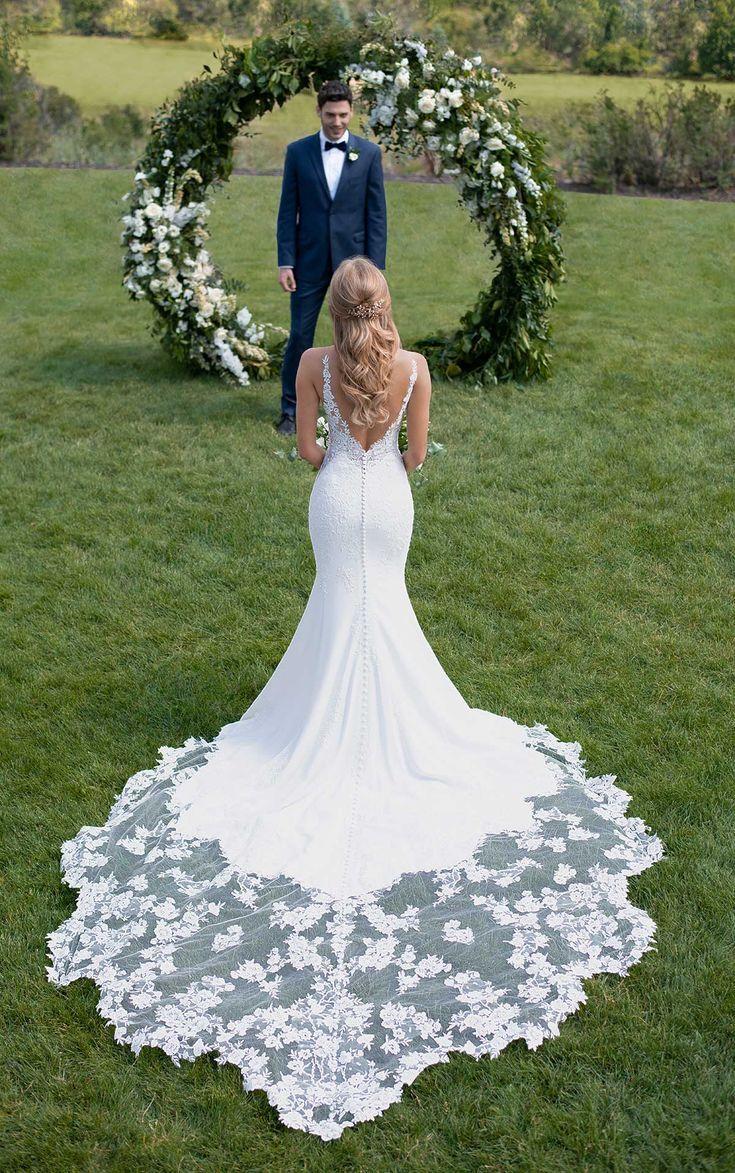 Brautkleid mit botanischer Spitze und Schleppe – Martina Liana   – Something Blu…