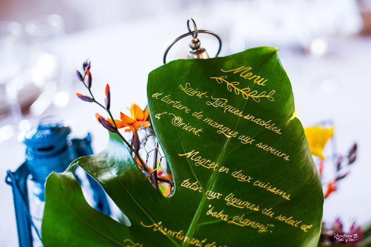 Mariage tropical à Toulouse / Menu inscrit sur feuille tropicale / Photo: Karolina B. / Organisation & Décoration: Joli coup de pouce /  Fleurs: L'Instant Bucolique / Lieu: Domaine du Beyssac