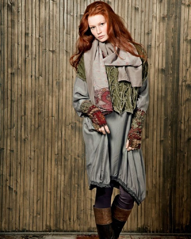 С 1984 года бренд Cocon Commerz Privatsachen создает одежду, следуя идеям slow fashion — вневременных ценностей красоты и комфорта. Многослойность, свободный крой и высокое качество — главные характеристики коллекций женской одежды бренда из Гамбурга. Владелица и главный дизайнер Cocon Commerz Privatsachen Конни Ретман предлагает женщине постоянно меняться, везде и всегда.