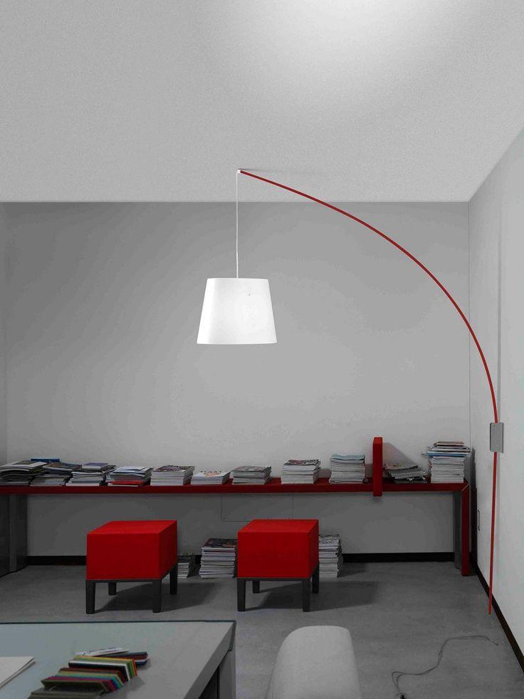 Cursore di Marchetti Illuminazione ha un supporto a parete per sostenere lo stelo in fibra di vetro che può ruotare fino a 180 gradi. Particolarità che permette di posizionare, dove necessario, il paralume in polietilene. Misura L 60 x P 200 x H 250 cm