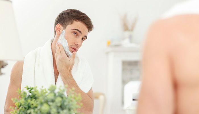 Um barbear rente e confortável vai além de simplesmente tirar os pelos do rosto com uma lâmina envolve cuidados antes e depois. Estar com a pele limpa entender o sentido em que sua barba cresce e escolher a lâmina de barbear mais adequada parra você são partes importantes do processo. Em parceria com a Gillette []  continue lendo em Como fazer a barba