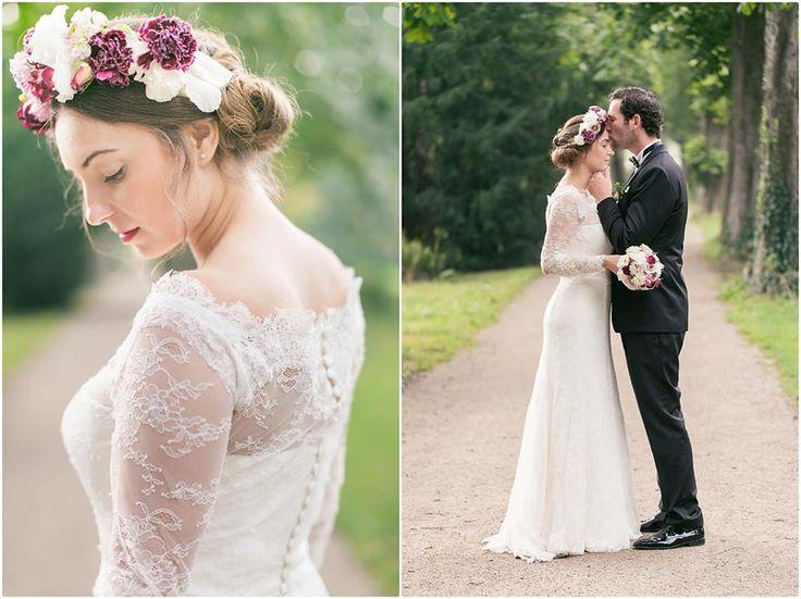 Brautpaarshooting, schwarzer Anzug, schwarze Fliege, Brautkleid, Blumenkranz, Schloss Cromford, Foto: Violeta Pelivan
