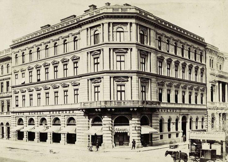 Bródy Sándor (Főherceg Sándor) utca 2., Fechtig-ház a Múzeum körút sarkán. A felvétel 1876-1885 között készült. A kép forrását kérjük így adja meg: Fortepan / Budapest Főváros Levéltára. Levéltári jelzet: HU.BFL.XV.19.d.1.05.156