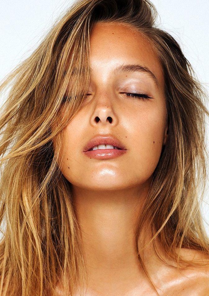Le Fashion Blog How To Get That Summer Glow Dewy Skin Bronzer Tan Highlighter Beach Hair Lip Gloss Make Up Inspiration Viktoria Varga Via Absorb - Photographer: Eddie New