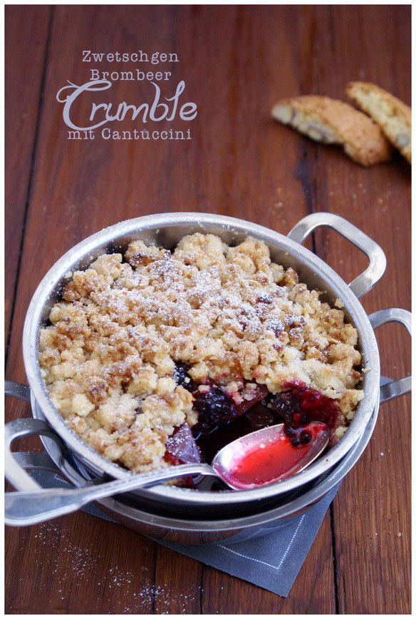 plum-blackberry-crumble with cantuccini | complimenttothechef.com