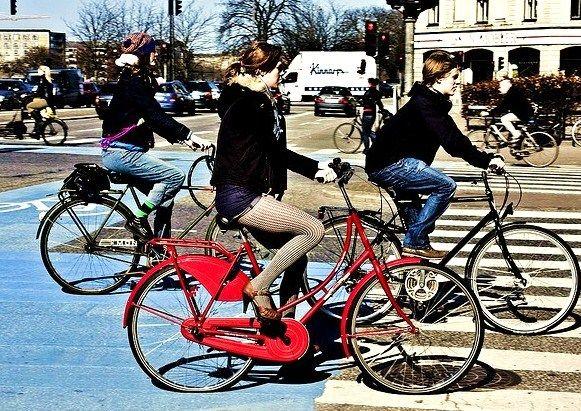 Se si va in bicicletta o a piedi al lavoro i livelli di benessere, relax, socializzazione e allegria aumentano secondo l'Università di East Anglia.