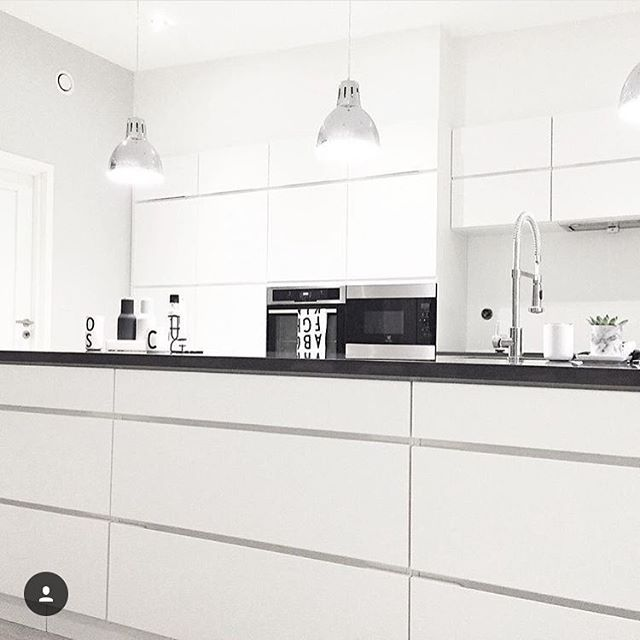 "In Italian ""Mano"" means ""hand"" - and the signature lines that go through a Mano kitchen holds the elegant grib for your hand ✌️ Here at the home of @cathrinedoreen #manobykvik #kvik #mano #danishdesign #italianname #dreamkitchen #120cmdrawers #sociablekitchen #whitekitchen #kitchen #kök #keuken #cucina #keittiö #kjøkken #køkken"